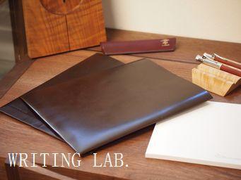 B5サイズの紙製品とWRITING LAB.革封筒