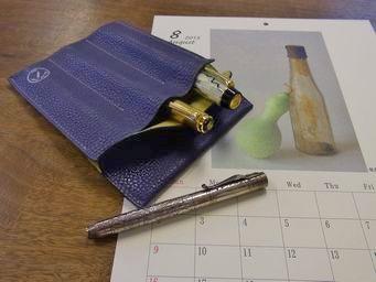アイリス色のペンレスト兼用万年筆ケース