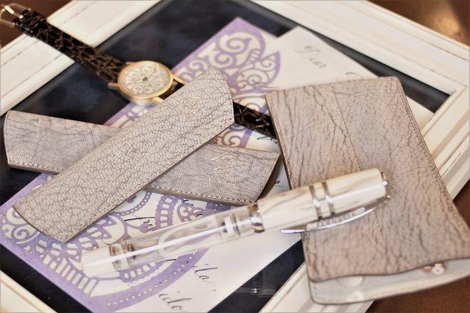アルラン社ゴートヌバックのペンシース~スマートで手触りの良い革
